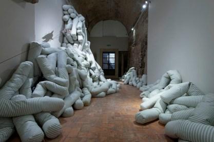 Annette Messager, Histoire_des traversine_2004-2005. Ph Giorgio Benni.