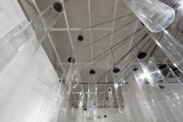Roberto Pugliese, Emergenze acustiche, 2013, Plexiglass, speakers, cavi audio, cavi in metallo, computer, software, composizione audio Courtesy Galerie Mazzoli, Berlino. Foto Roberto Marossi (6)