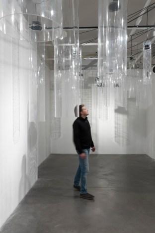 Roberto Pugliese, Emergenze acustiche, 2013, Plexiglass, speakers, cavi audio, cavi in metallo, computer, software, composizione audio Courtesy Galerie Mazzoli, Berlino. Foto Roberto Marossi (7)