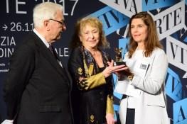 Carolee Schneemann tra il presidente Baratta e Christine Macel.