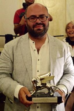 Hassan Khan con il suo Leone d'argento