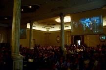 La platea che ascolta Anne Imhof durante il suo discorso di ringraziamento.