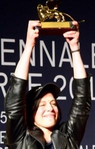 Anne Imhof con il Leone d'oro.
