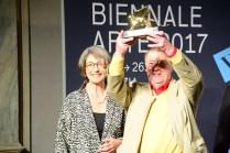 Franz Erhard Walther, con la senatrice Finocchiaro, ringrazia per Leone d'oro ricevuto
