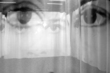 Christian Boltanski Regards lampadine, cavo d'acciaio, 38 teli 250 x 400 cm cad. / lightbulbs, metallic wire, 38 fabrics 250 x 400 cm each veduta di allestimento presso Onassis Cultural Centre, Atene / exhibition view at Onassis Cultural Centre, Athènes, 2011 © C. Boltanski