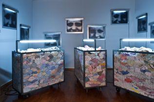Christian Boltanski Containers, 2010 carrelli, abiti, neon / carts, clothes, neon dimensioni ambientali / environmental dimensions Courtesy Galleria d'Arte Moderna, Torino / Turin