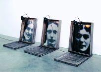Christian Boltanski Monuments, 1987 fotografie incorniciate, scatole di metallo, lampadine / framed photos, metal sheet boxes, lightbulbs dimensioni variabili / dimensions variable © C. Boltanski