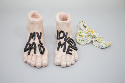 Eva Hide, My dad loves me, maiolica dipinta, mutandine, dimensioni ambientali