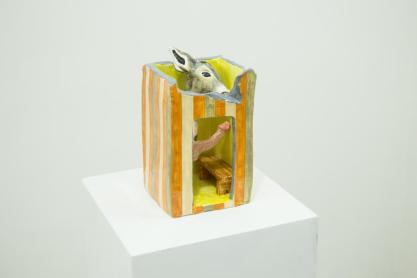 Eva Hide, Why children steal,maiolica dipinta,2016, cm16 x16x27