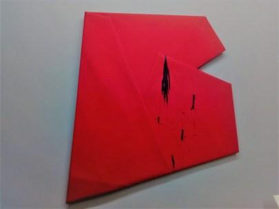 Cesare Berlingeri, Rosso piegato con tracce nere, olio e pigmento su tela piegata, cm 127,5x138, 2016