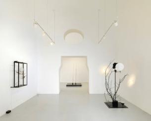 Rebecca Horn, Passing the Moon of Evidence, 2018 (installation view : allestimento allo Studio Trisorio, Napoli)