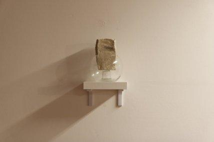 Formastante,+2018.+pietra+in+marmo+grezzo+e+ampolla+di+vetro.