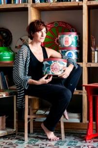 Alice Valenti e la sua latta d'artista ritratte nel suo studio a Catania - ph. Alessandro Castagna