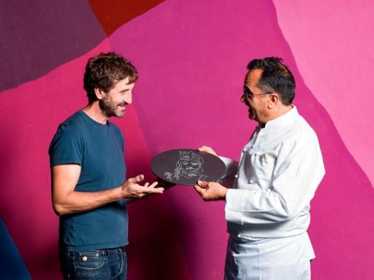 Da sinistra: Andrea Branciforti, il Piatto-cadeau in laminam ed Enzo Di Stefano - ph. Alessandro Castagna