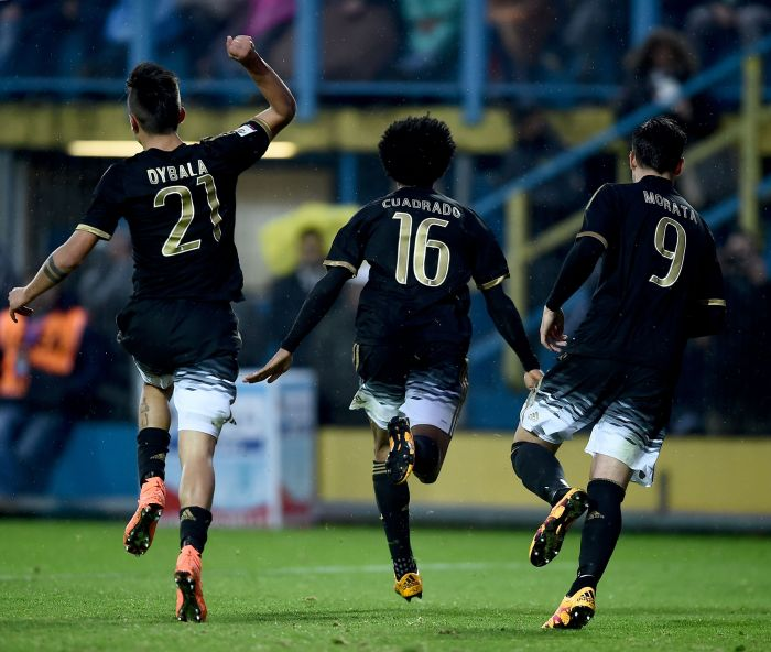 Juventus' forward from Colombia Juan Cuadrado (C) celebrates with teammates Juventus' forward from Argentina Paulo Dybala (L) and Juventus' forward from Spain Alvaro Morata after scoring during the Italian Serie A football match Frosinone vs Juventus on February 7, 2016 in Frosinone. / AFP / FILIPPO MONTEFORTE (Photo credit should read FILIPPO MONTEFORTE/AFP/Getty Images)