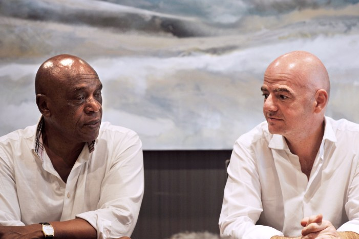Tokyo Sexwale e Gianni Infantino a Robben Island, dove Sexwalefu imprigionato durante l'Apartheid (Rodger Bosch/Afp/Getty Images)