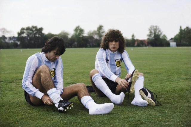 Mario Olguin e Alberto Tarantini prima di un allenamento, 1978. Duncan Raban/Allsport/Getty Images