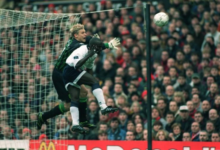 Un'uscita imperiosa contro il Walsall, nel 1998 (Alex Livesey/Allsport)