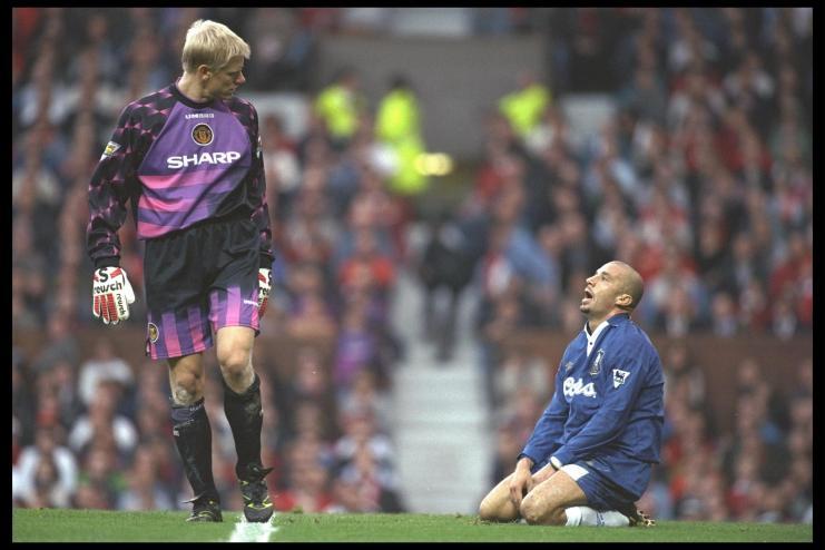 Osservando Gianluca Vialli, in un Chelsea-United del 1996. Clive Brunskill/Allsport