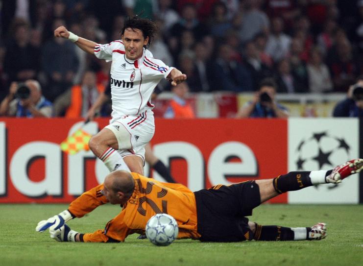 Filippo Inzaghi segna il 2-0 contro il Liverpool nella finale di Atene (Paul Ellis/AFP/Getty Images)