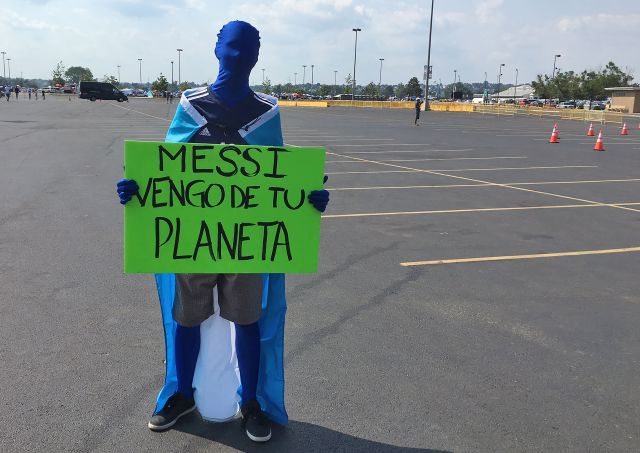 """A supporter of Argentina holds a sign reading """"Messi, I come from your planet"""" outside the Metlife stadium before the Copa America Centenario final match against Chile in East Rutherford, New Jersey, United States, on June 26, 2016. / AFP / Daniel SLIM (Photo credit should read DANIEL SLIM/AFP/Getty Images)"""