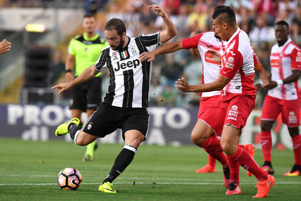 MODENA, ITALY - AUGUST 13: Gonzalo Higuain (L) of FC Juventus in action against Oscar Duarte of Espanyol during the Pre-Season Friendly match between FC Juventus and Espanyol at Alberto Braglia Stadium on August 13, 2016 in Modena, Italy. (Photo by Valerio Pennicino/Getty Images)