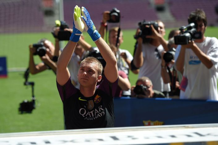 Journalists film FC Barcelona's Dutch goalkeeper Jasper Cillessen applauding on the pitch during his official presentation at the Camp Nou stadium in Barcelona on August 26, 2016, after signing his new contract with the Catalan club. In a statement on their official website the Catalans confirmed they had signed the 27-year-old on a five-year contract for a fee of 13 million euros (£11.1 million, $14.7 million), rising to a potential 15 million euros. / AFP / LLUIS GENE (Photo credit should read LLUIS GENE/AFP/Getty Images)
