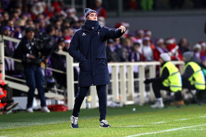 FLORENCE, ITALY - DECEMBER 22: Paulo Sousa manager of ACF Fiorentina shouts instructions to his players during the Serie A match between ACF Fiorentina and SSC Napoli at Stadio Artemio Franchi on December 22, 2016 in Florence, Italy. (Photo by Gabriele Maltinti/Getty Images)