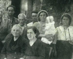 L'anziano al centro è mio nonno, che morì durante il bombardamento nel rifugio; l'uomo alla sua sinistra è mio zio, la cui tomba fu fatta a pezzi durante un'esplosione.