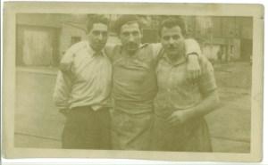 Mio padre, al centro, con altri due lavoratori italiani dell'acciaieria