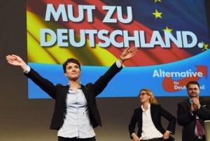 """Frauke Petry, la leader di AfD. Lo slogan recita """"Avere il coraggio di essere Germania"""""""
