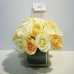 زهور ب مزهرية مربعة