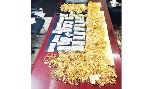Jewelry and cash recovered from the thieves in Makkah displayed. (Courtesy of Sabq.org)