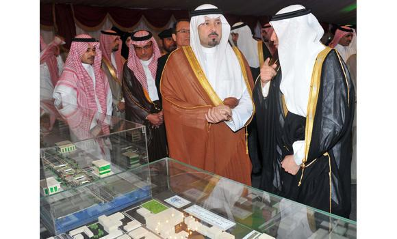 Jeddah Mayor Hani Abu Ras briefs Makkah Gov. Prince Mishaal bin Abdullah about city's ongoing projects. (SPA)