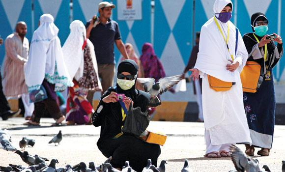ALERT: In order to prevent MERS infection, pilgrims wear surgical masks in the holy city of Makkah.