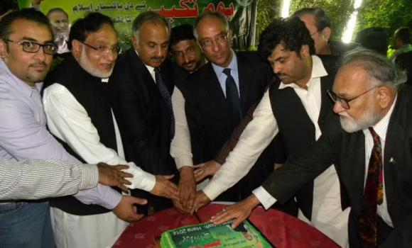 Masood Puri, second left, Lt. Gen. Abdul Qayyum, third left, Consul General Aftab Ahmad Khokher, third right, during a cake-cutting ceremony to observe Youme Takbeer. (AN photo)