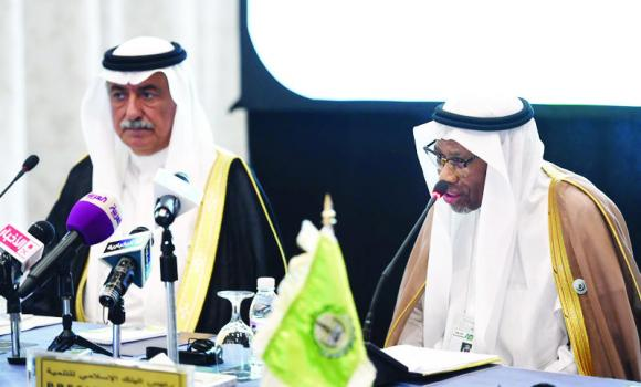 Finance Minister Ibrahim Al-Assaf and IDB President Ahmed Mohammed Ali address a press conference in Jeddah.