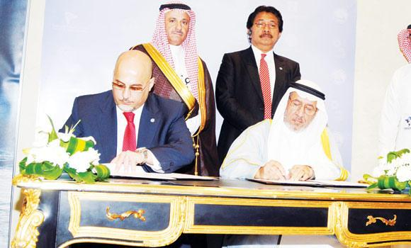 Waleed Al-Wohaibi CEO of the International Islamic Trade Finance Corporation (ITFC) and GCEL Co-Chairman Samuel Salloum sign the memorandum of understanding at the headquarters of the CSC in Riyadh on Thursday