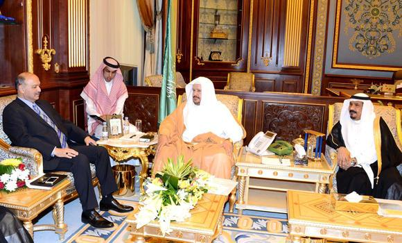 Shoura Council President Abdullah Al-Asheikh receives a Parliamentary delegation from Pakistan led by Sen. Mushahid Hussain at his office in Riyadh on Tuesday. (SPA)