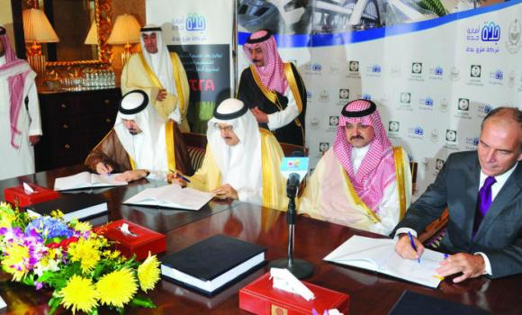 Makkah Gov. Prince Mishaal bin Abdullah, Prince Mansour bin Miteb, minister of municipal and rural affairs, and a representative of the French firm Systra sign the agreement in the presence of Jeddah Gov. Prince Mishaal bin Majed. (SPA)
