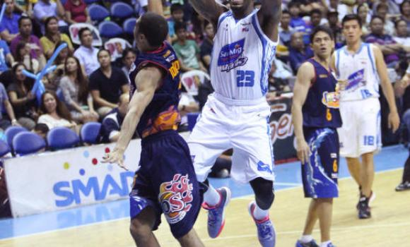 Marqus Blakely of San Mig goes to the hoop against Rain or Shine's Gabe Norwood.