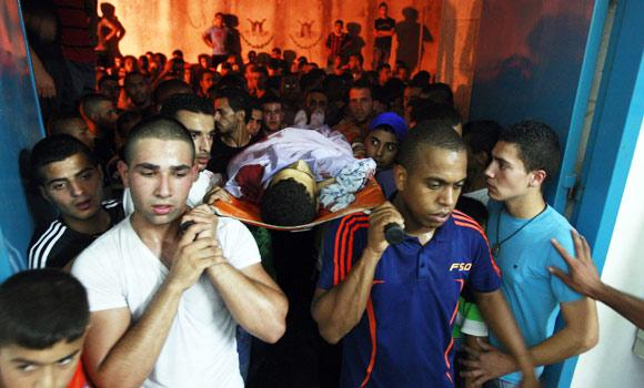 Palestinians carry the body of Yosuf abu Zaghah, 20, who was killed by the Israeli troops in Jenin.
