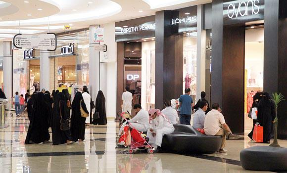 Saudis-shopping-in-a-mall