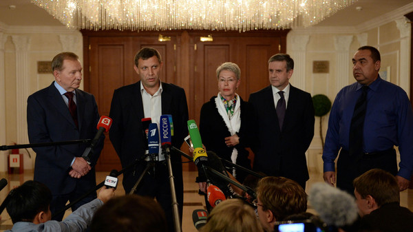 Delegates from Russia, the OSCE, Ukraine and rebel groups make an official statement in Minsk, on September 5, 2014.