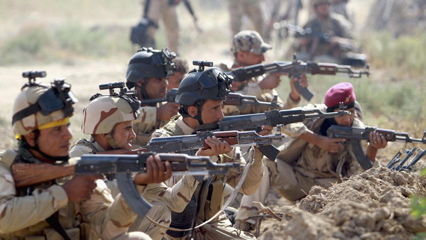 Iraqi Army personnel take part during an intensive security deployment against Islamic State militants in Jurf al-Sakhar October 27, 2014.