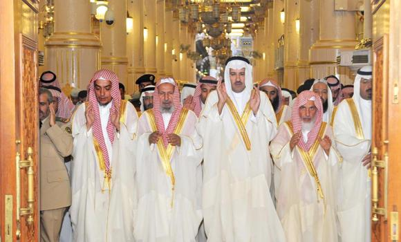 Madinah Gov. Prince Faisal bin Salman joins Eid Al-Adha prayers with thousands of worshippers at the Prophet's Mosque on Saturday. (SPA)