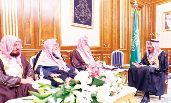 Crown Prince Salman, deputy premier and minister of defense, receives Grand Mufti Abdul Aziz Al-Asheikh and others senior scholars in Riyadh on Monday. (SPA)