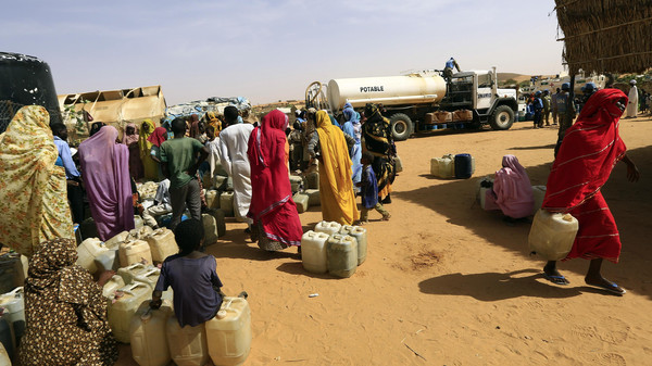 Internally displaced persons (IDPs) wait to get water at the Al-Abassi camp for IDPs in Mellit town, North Darfur March 25, 2014.