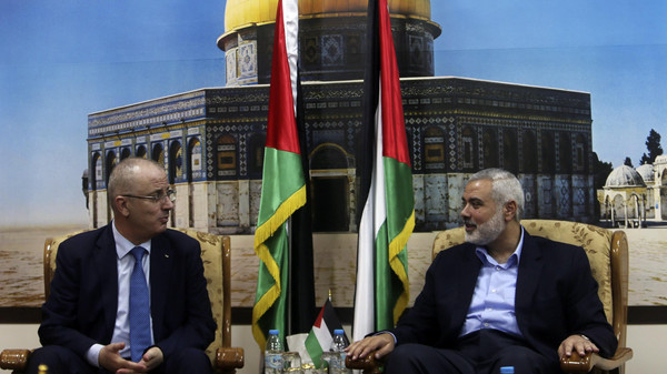 Senior Hamas leader Ismail Haniyeh (R) speaks with Palestinian Prime Minister Rami Hamdallah at Haniyeh's house in Gaza City October 9, 2014.