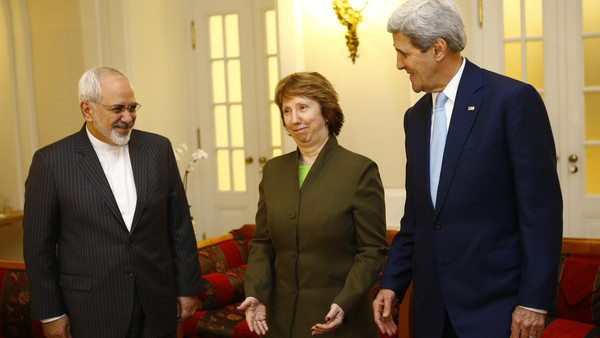 U.S. Secretary of State John Kerry (R), Iranian Foreign Minister Javad Zarif (L) and EU envoy Catherine Ashton pose for photographers before a meeting in Vienna Nov. 20, 2014.